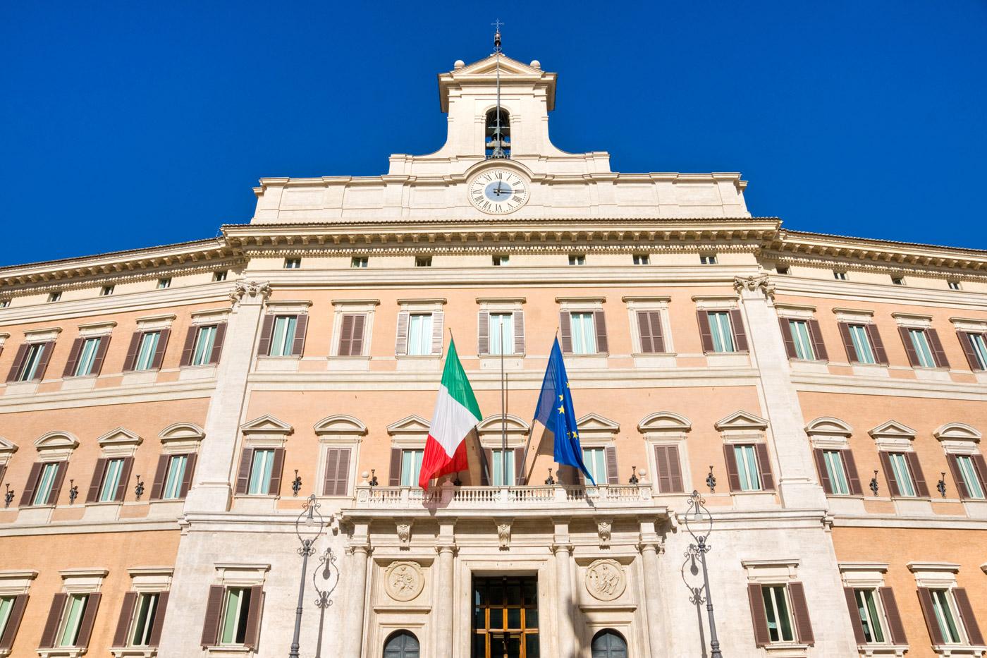 vista frontale di palazzo montecitorio